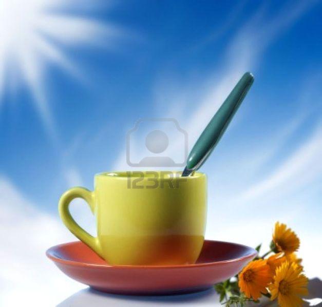 3321126-una-tazza-di-caff-italiano-con-fiori-gialli-su-sfondo-cielo